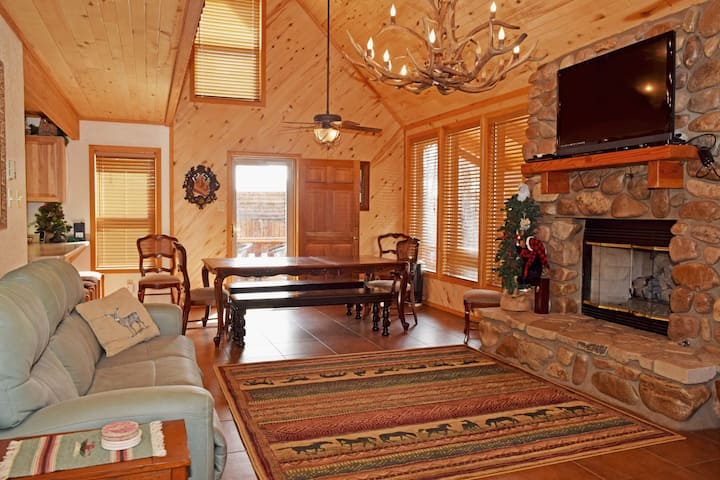 Deer Mountain Lodge - High End Home - In Town - Hot Tub - WiFi - Washer/Dryer - Gas Fireplace