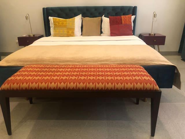 The bedroom with a cabinet and bedsides. La chambre à coucher possède une armoire et des tables de chevet.
