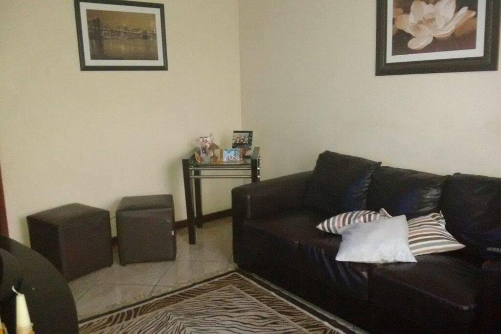 Sala com tv e ventilador.