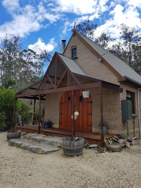 Cozy Couples Escape to Rustic Mudbrick Cottage