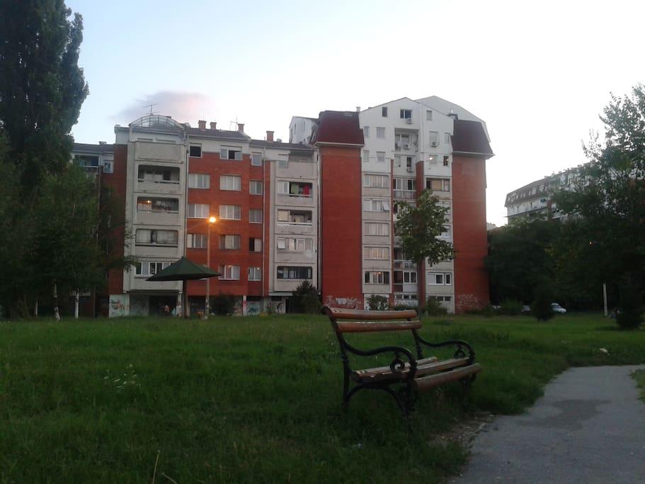 dvorište sa parkom iza zgrade