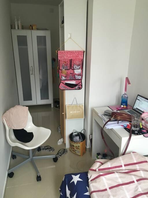 这个是书柜,书桌和椅子。台灯,垃圾桶什么的可以送给你