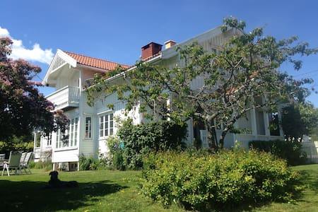 Hus nær sjø og strand - Sande