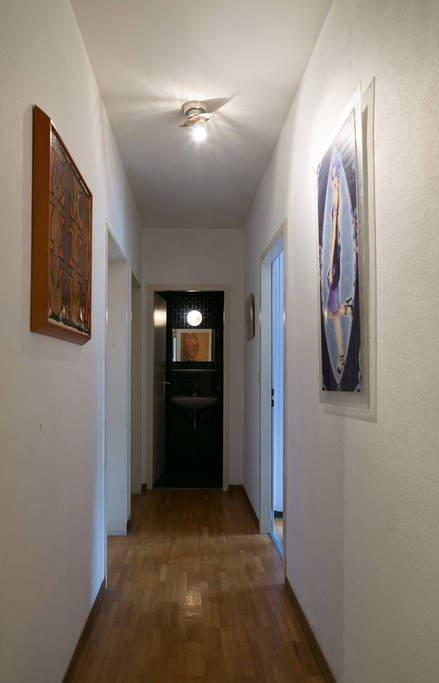 Couloir, aile gauche privée pour les deux chambres visiteurs