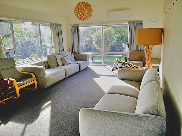 5 Mins from Auckland Airport ,Entire house