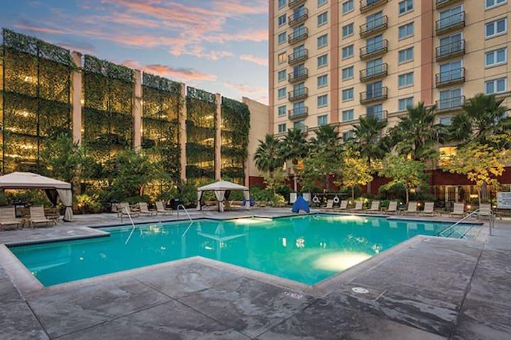 1BR Condo at lux Wyndham Anaheim Resort, July 4th