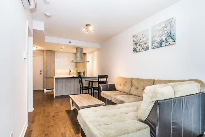 Modern 2 bedroom condo in the heart of downtown