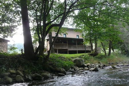 Helton Creek Cabin & Guest House - Lansing - กระท่อม