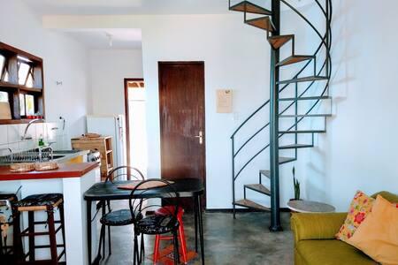Casa Amarela no Campeche a 500 metros da praia.