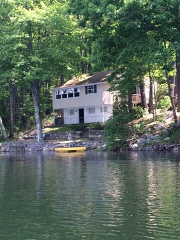 2 Bedroom Relaxing Waterfront Cabin