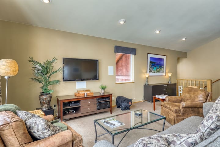 Family-friendly home w/ hot tub, a full kitchen & deck - near skiing & trails