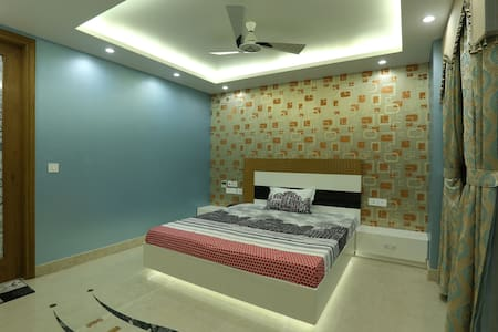 Raj Kapoor's Luxury Apt: Blue Room - New Delhi