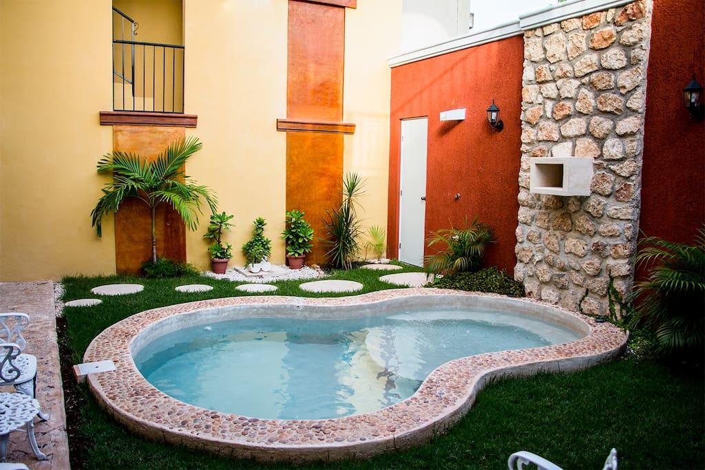 Pequeño jardín y piscina
