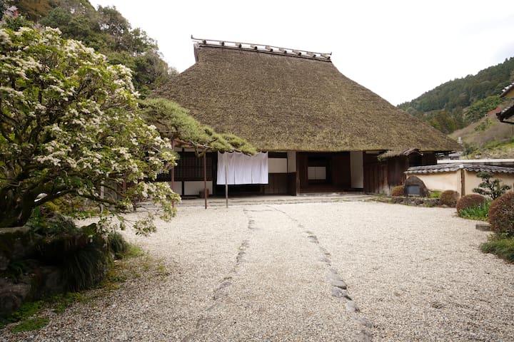 重要文化財の敷地内にある長屋を改装した宿泊所。1日1組限定。グループでわいわい楽しく。