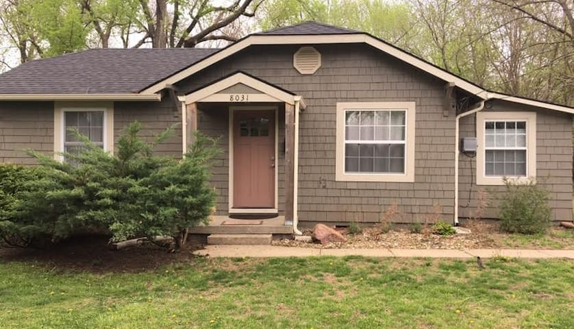 Convenient Overland Park cottage on quiet street