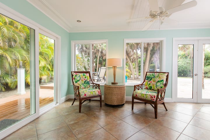SALTY DOG - PERFECT MONTHLY RENTAL TO WORK FROM HOME, ENJOY THE ISLAND LIFE AND IS DOG FRIENDLY!