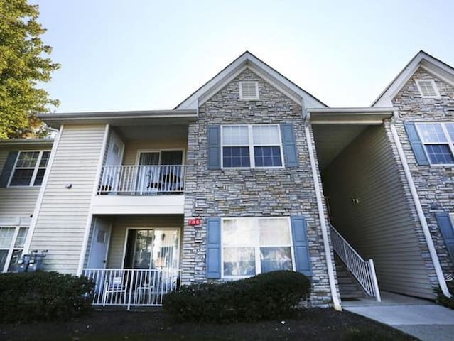 Cozy 2br/2ba Townhome Minutes from Beach & Redbank