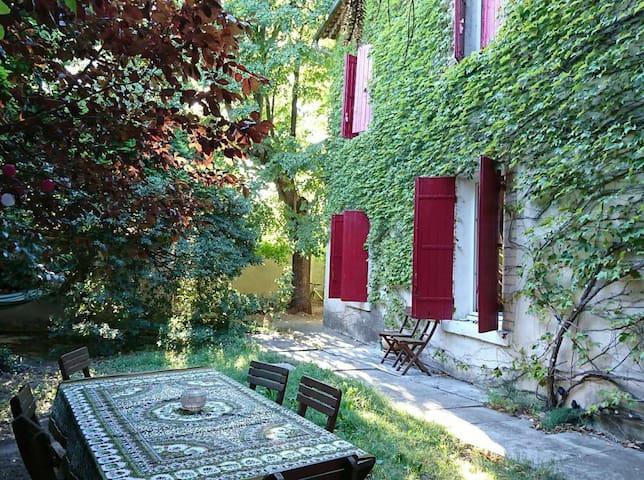 Montfavet : Belles chambres dans grande maison