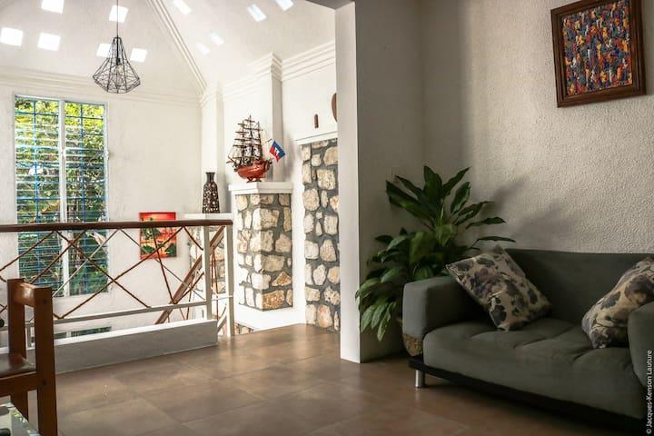 Living room and working space/ Salon et bureau (photo 2)