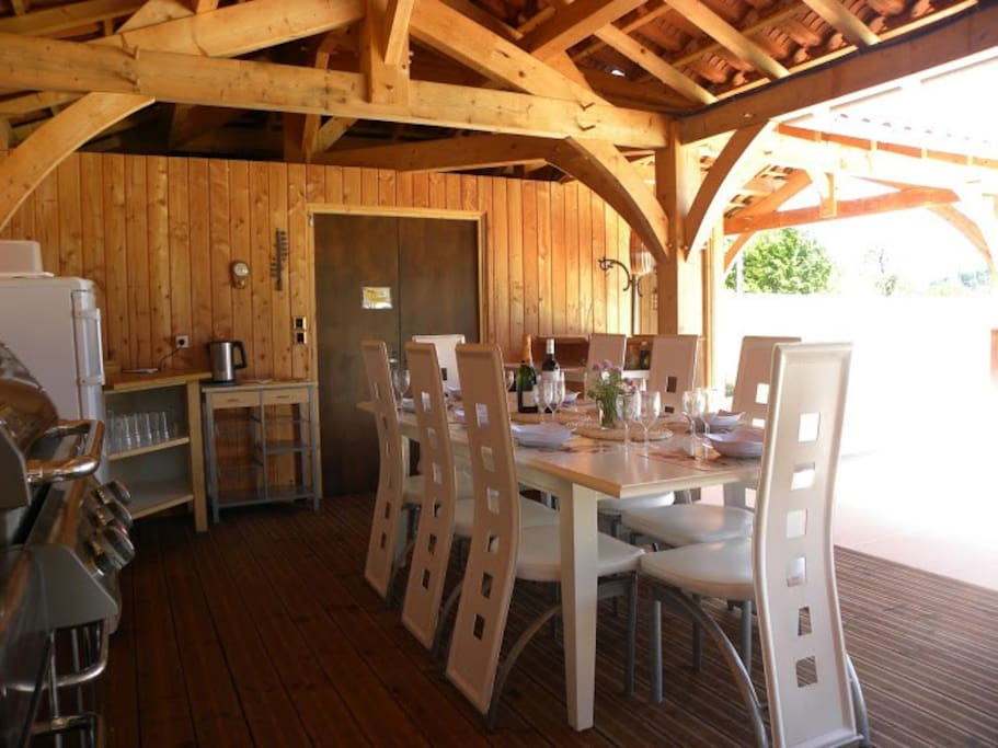 Full alfresco dining facilities including hot and cold running water.