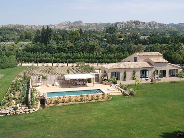 Charming contemporary home with heated swimming-pool, close to the BAUX DE PROVENCE - Alpilles Area - 12 persons