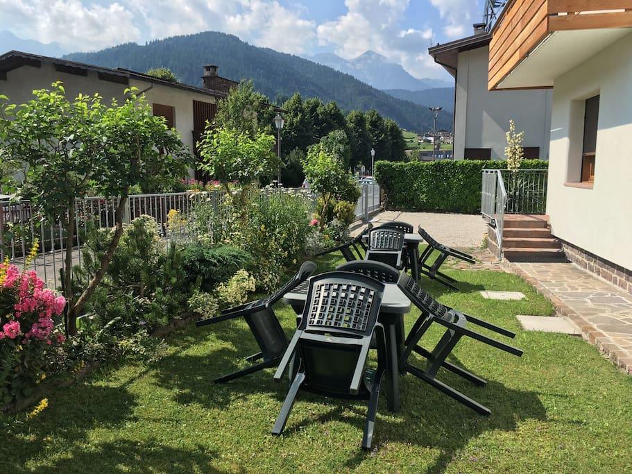 Esterno con giardino, sedie e posto auto