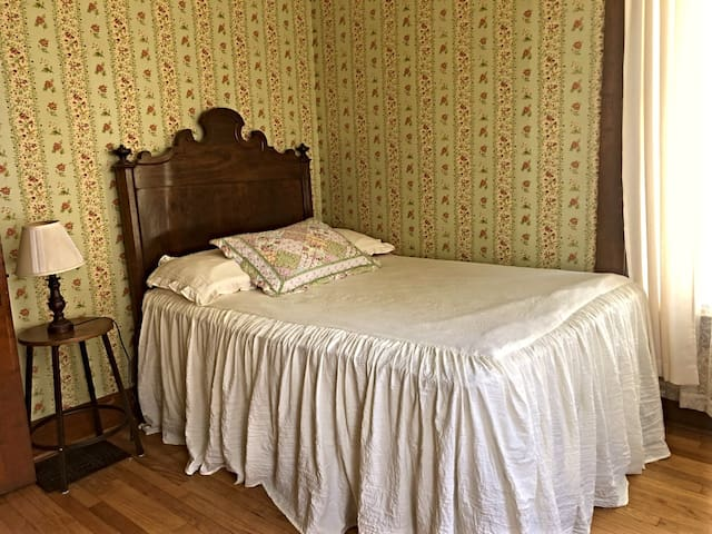 Sunny Room w Double Bed in Smalltown Historic Home