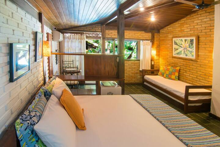 Suite tripla com varanda vista piscina