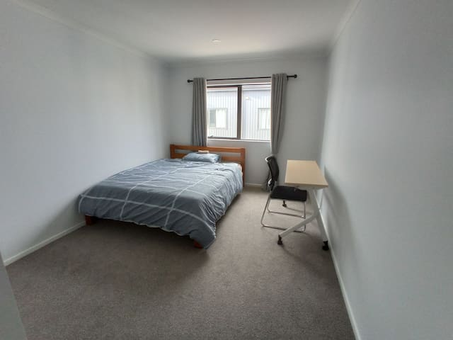 Convenient Double Room Across the Road from Uni