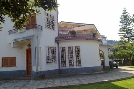Villa immersa nel verde - Longobardi