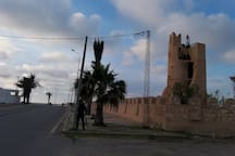 Un monument à coté du port