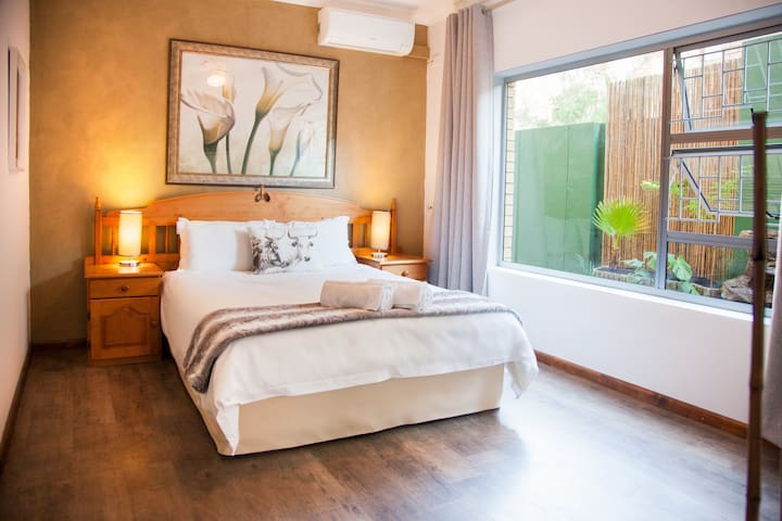 Feather Nest Guest House | Hadeda Suite - Oudtshoorn - Bed & Breakfast