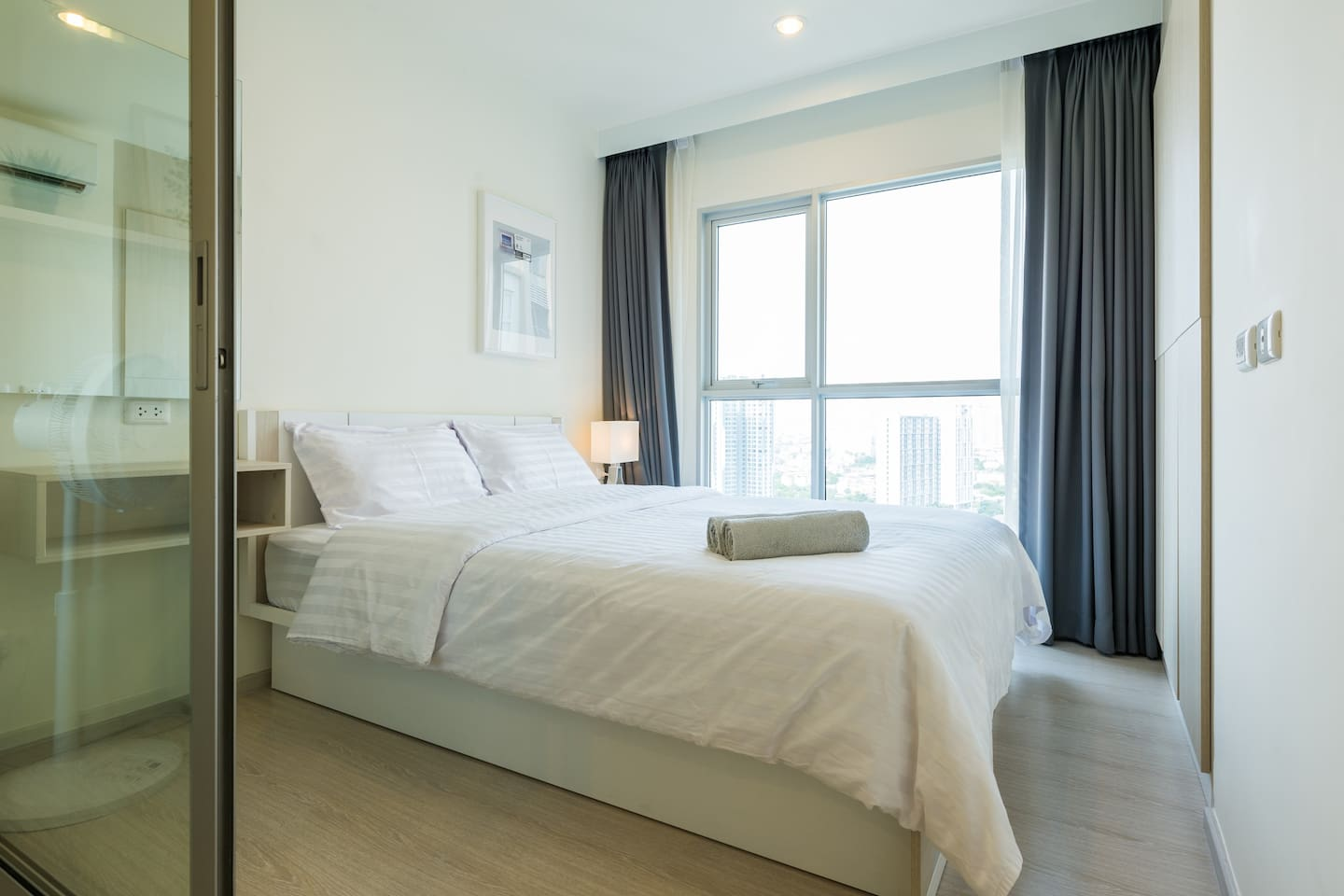 Comfortable queen size bed with city view , 22nd floor