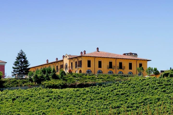 Luxeus landhuis in Nizza Monferrato met een gedeeld zwembad