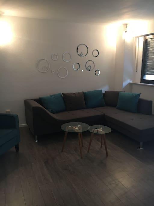Wohnzimmer mit Sofa und Lesesessel