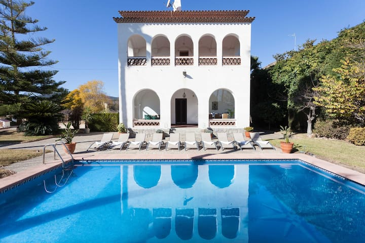 BIG VILLA WITH PRIVATE POOL NEXT TO BARCELONA