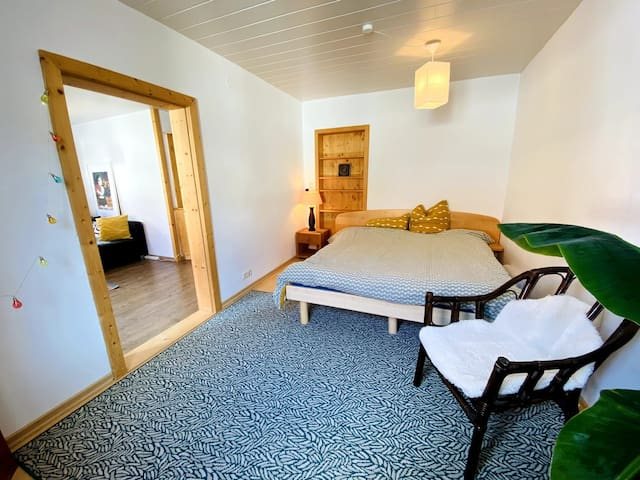 Schlafzimmer mit großem Bett.