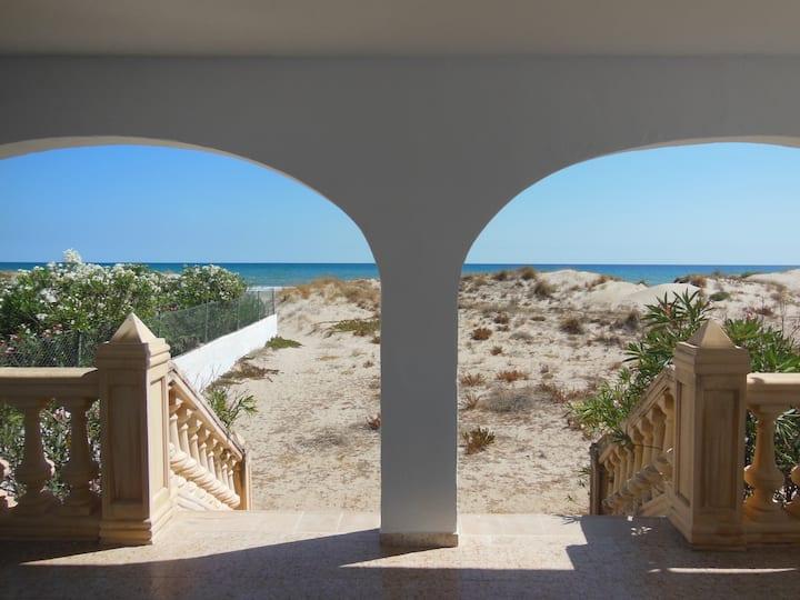 Haus in den Dünen, offen zum Meer