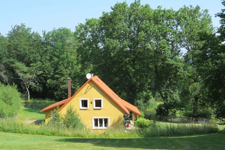 Casa de vacaciones con encanto en Milíře con jardín