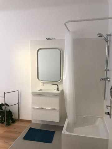 A Room with own shower 2 minutes from opera