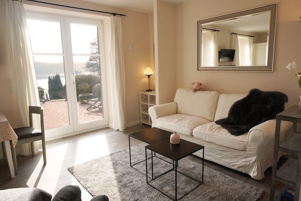 Wohnzimmer mit Terrasse und Seeblick