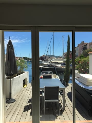 Terrasse coté canal avec table 6 à 8 places