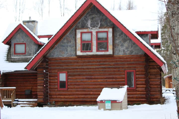Log Cabin retreat with Hot tub & chalet