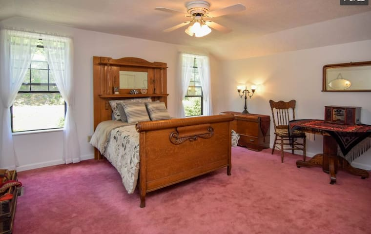 "ENJOY THE ""OAK ROOM"" AT THE SMOKY MOUNTAINS"