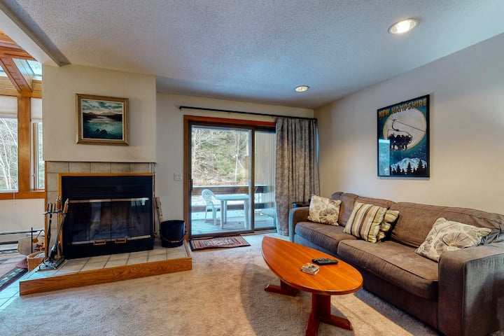 3 bedroom condo close to Storyland w/deck, pool, full kitchen & WiFi!