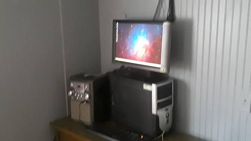 1st Business Class: Desk, WiFi, XP PC & Microwave