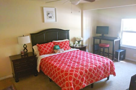 Queen bed in Quiet Corner of Gainesville - Ev