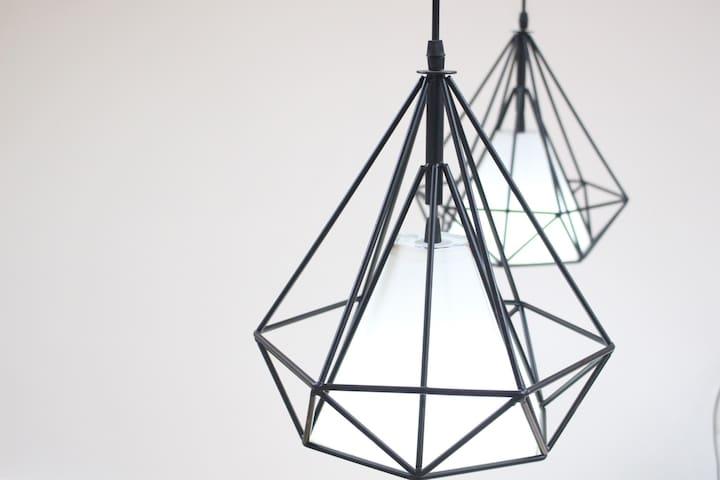 北欧几何吊灯,铁艺材质。细黑铁框门和铁艺装饰架再加上铁艺床,对轻工业风的铁艺心水的不能自拔!