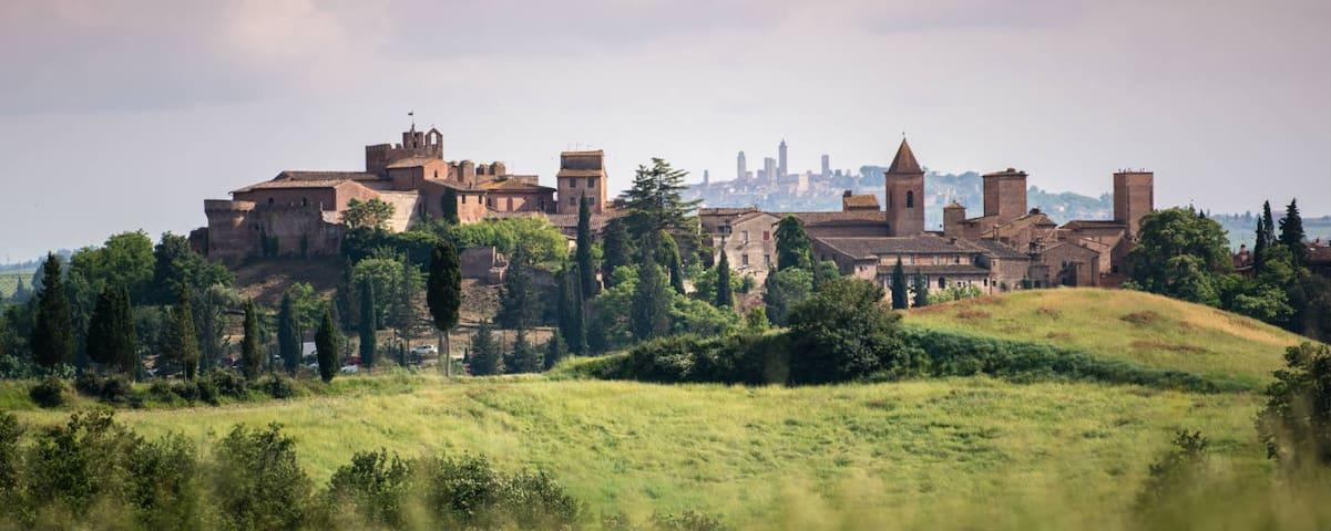 Casa in torre medioevale con vista a Certaldo