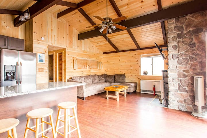 Log Home Hottub Walking Distance 2 Beautiful lake